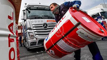 У бокса российской команды G-Drive Racing, которая заправляется топливом Total