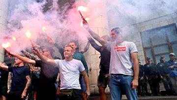 Участники акции протеста у здания государственного комитета по телевидению и радиовещанию Украины в Киеве