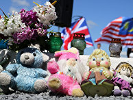 Детские игрушки на мемориальном камне у села Грабово в Донецкой области, в память о погибших в катастрофе рейса MH17