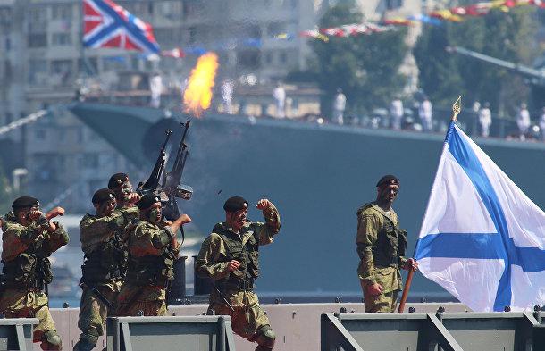 Российские морские пехотинцы во время показательных выступлений в порту Севастополя