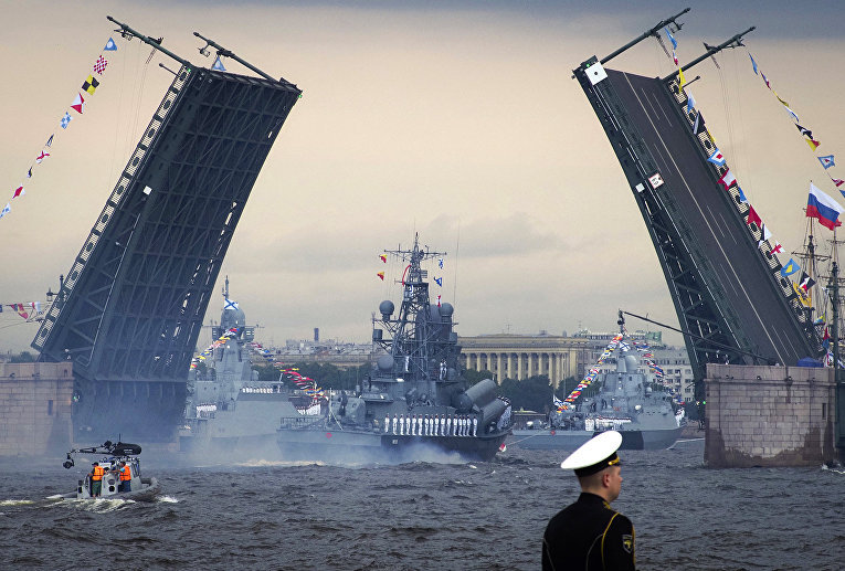 Военные корабли на Главном военно-морском параде по случаю Дня Военно-морского флота