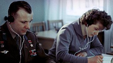 Юрий Гагарин и Валентина Терешкова на занятиях в радиоклассе