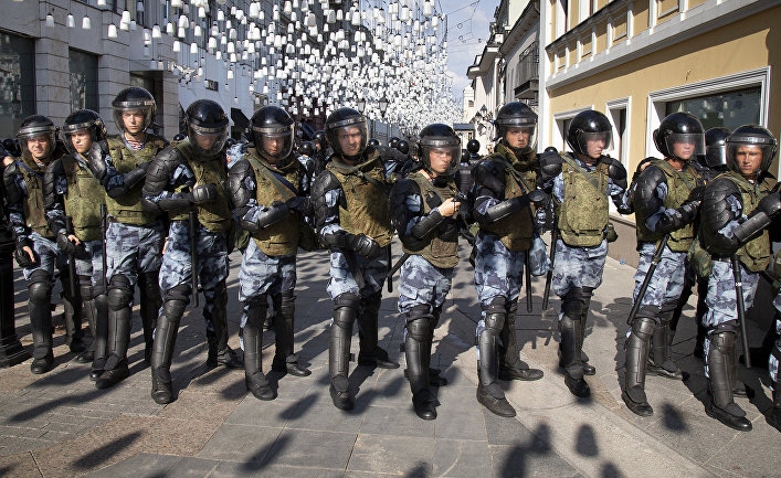 Сотрудники полиции перекрыли улицу во время несанкционированного митинга в центре Москвы