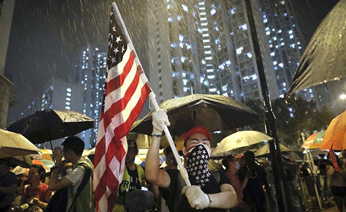 Участники акции протеста у полицейского участка Квай Чунг в Гонконге
