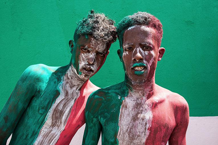 Участники празднования 27-й годовщины независимости Сомалиленда в Харгейсе