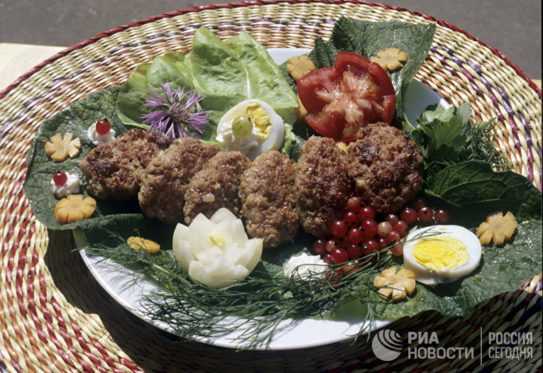 Мясные котлеты с овощами