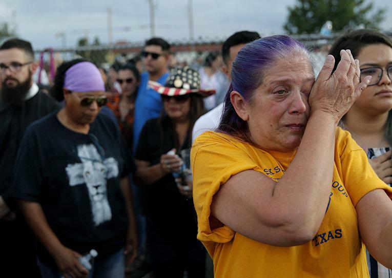 Участники траурной церемонии по жертвам массовой стрельбы торговом комплексе в Эль-Пасо