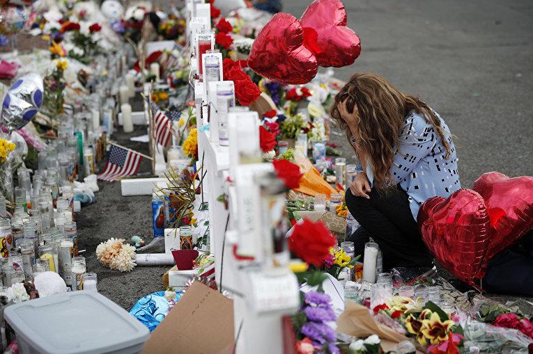 Мемориал на месте стрельбы в торговом комплексе в Эль-Пасо