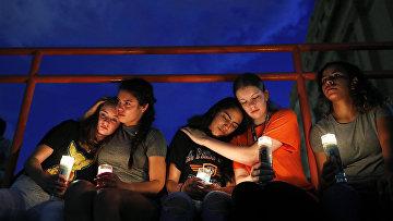 Участники траурного шествия по погибшим во время стрельбы в Эль-Пасо