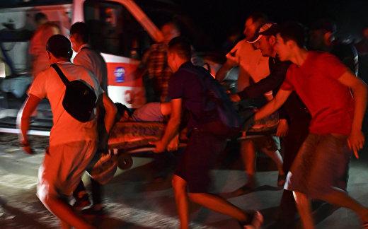 Сторонники бывшего президента Кыргызстана Алмазбека Атамбаева охраняют его дом во время операции государственных сил безопасности по задержанию Атамбаева в селе Кой Таш, Кыргызстан