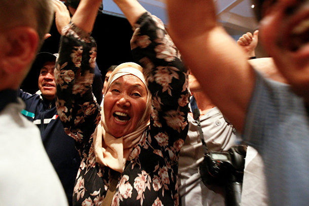 Сторонники Алмазбека Атамбаева празднуют отражение наступательной операции сил госбезопасности