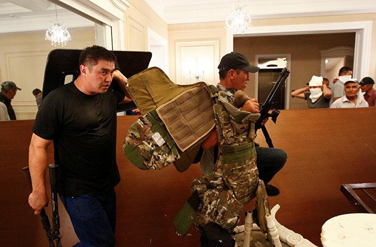 Вооруженные сторонники Алмазбека Атамбаева