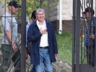 Бывший президент Кыргызстана Алмазбек Атамбаев у входа в свою резиденцию в селе Кой-Таш