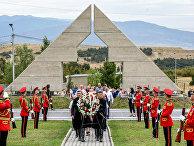 Церемония возложения венков на кладбище в Тбилиси