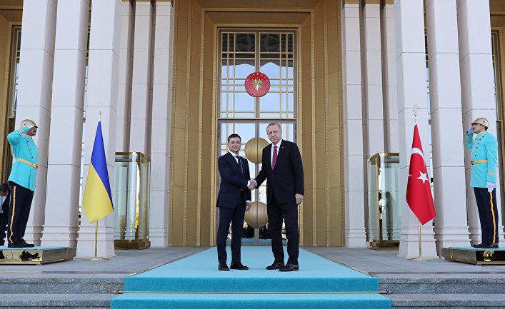 Президент Турции Реджеп Тайип Эрдоган и президент Украины Владимир Зеленский во время встречи в Анкаре
