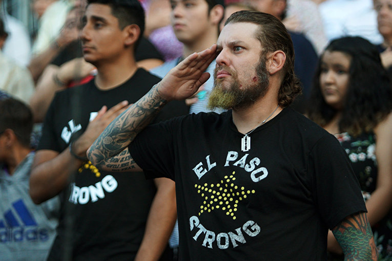 Мужчина отдает честь во время поминальной службы по жертвам августовской трагедии в Эль-Пасо