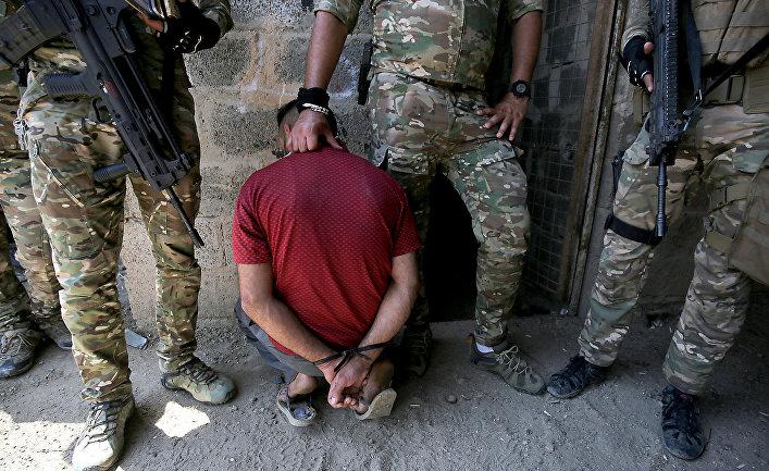 Силы быстрого реагирования Ирака задерживают мужчину во время штурма в районе Тармия