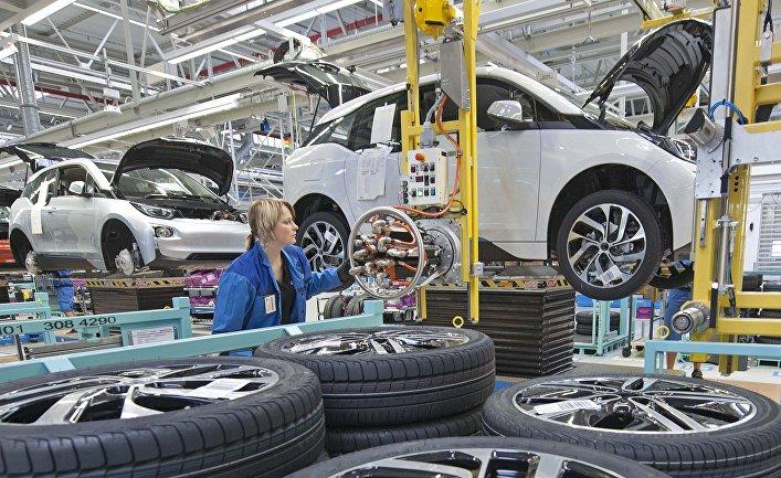 Рабочий на заводе немецкого автопроизводителя BMW в Лейпциге, Германия