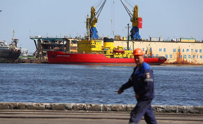 Корабль в порту Мариуполя
