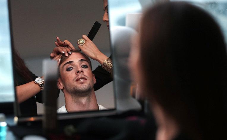 Участник показа мод во время недели моды в Дубае