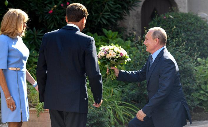 Путин дарит цветы жене президента Франции