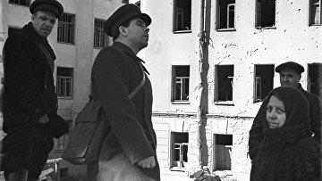 Председатель Ленинградского городского совета Петр Сергеевич Попков (в центре) на руинах разрушенного дома. 1942 год.