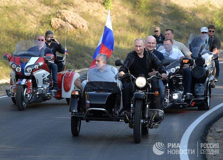 """Президент РФ В. Путин посетил байк-шоу мотоклуба """"Ночные волки"""" в Крыму"""