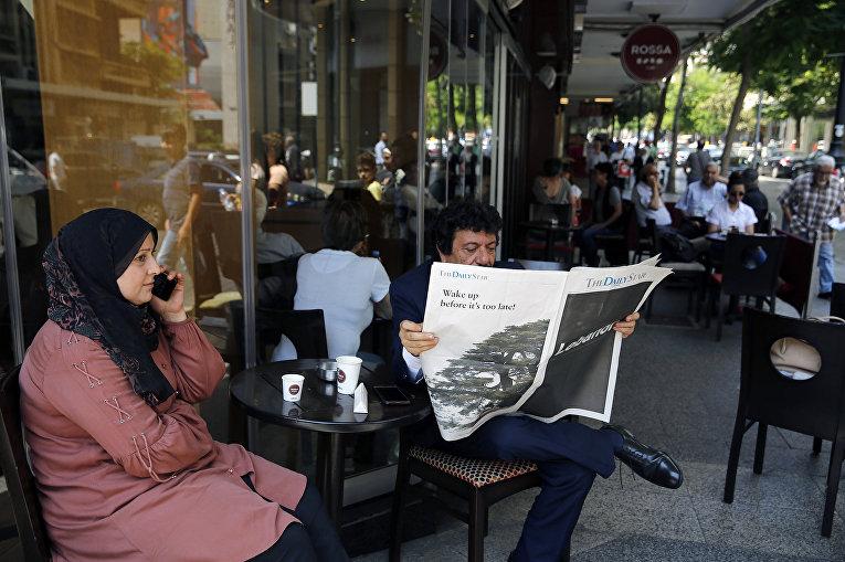 Мужчина читает ливанскую газету на английском языке в Бейруте