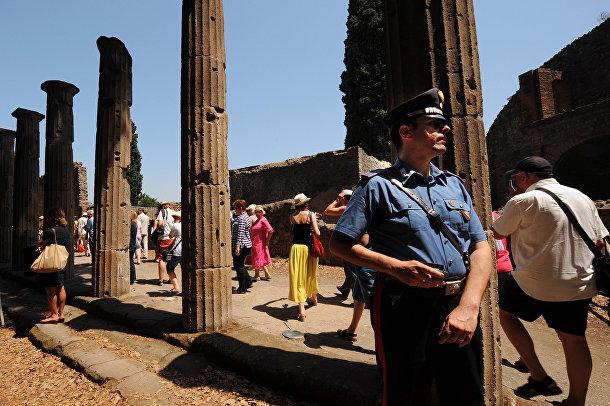 Посетители археологических руин города Помпеи в Италии