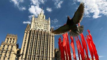 Красные флаги, установленные ко Дню Победы, у здания Министерства иностранных дел РФ