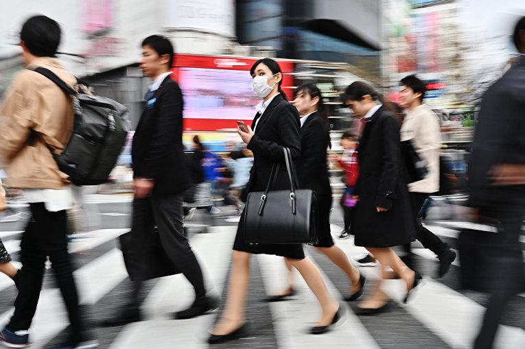 Прохожие на улице в Токио