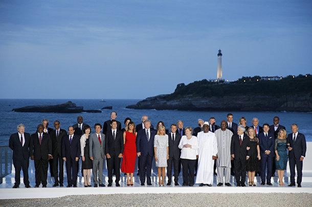 Лидеры стран G7 и гости позируют для совместной фотографии в Биаррице