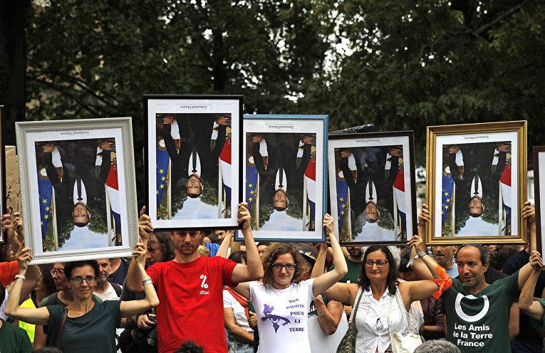 Участники акции протеста против президента Франции Эммануэля Макрона в Байонне