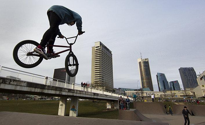 Подросток на велосипеде в Вильнюсе