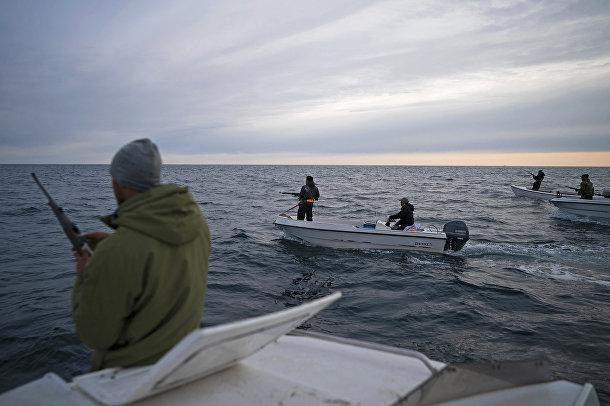 Мугу Утуак перезаряжает ружье: он вышел на лодке на охоту на китов