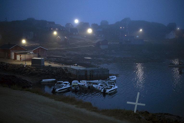 Крест на перекрестке дороги и дома в тумане,  Кулусук, Гренландия