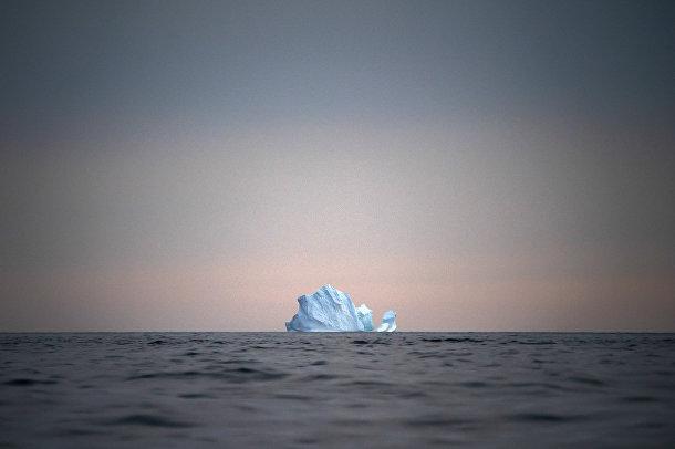 15 августа 2019. Большой айсберг на закате вблизи Кулусука, Гренландия