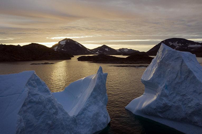 Большой айсберг на закате вблизи Кулусука, Гренландия