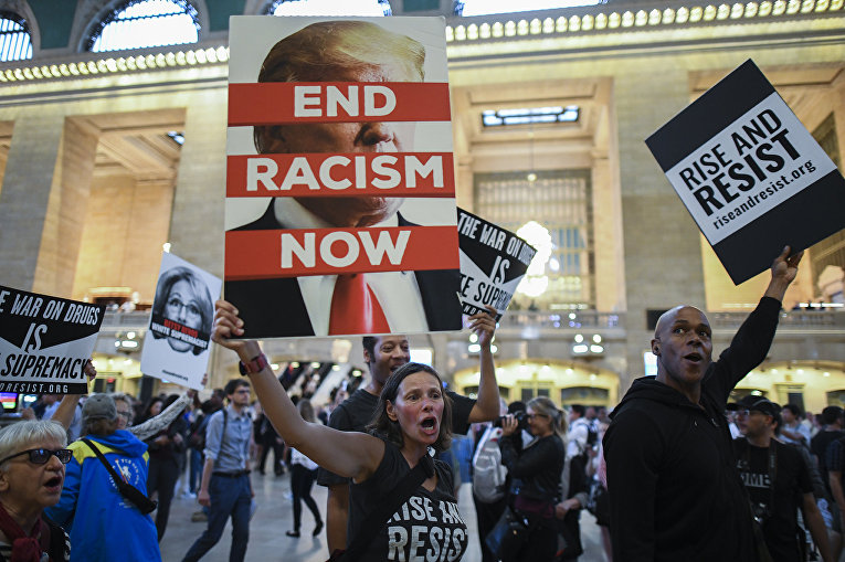Участники акции протеста против президента США Дональда Трампа в Нью-Йорке