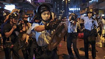 Полиция во время столкновения с демонстрантами в Гонконге