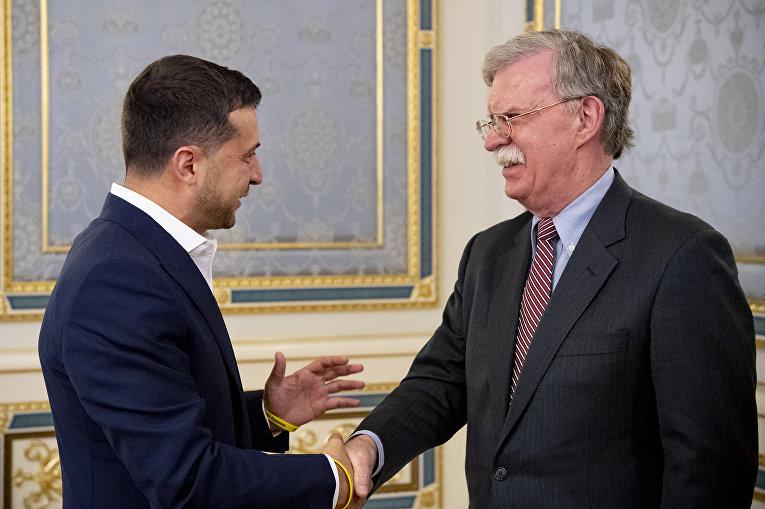 Советник по национальной безопасности США Джон Болтон и президент Украины Владимир Зеленский во время встречи в Киеве
