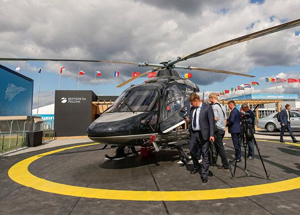 Посетители осматривают российский вертолет Ансат