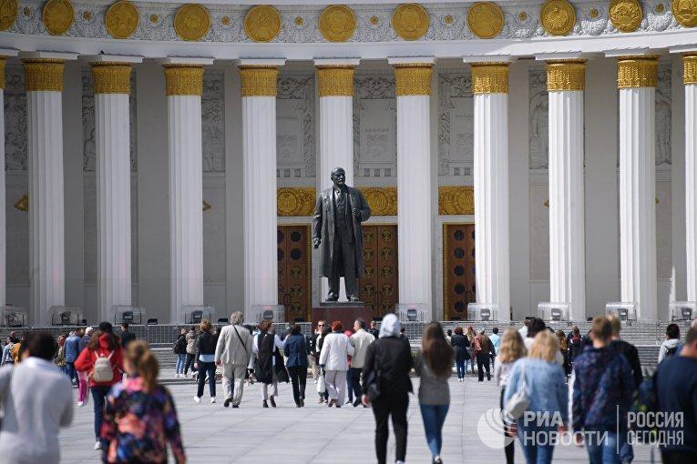 Отдыхающие на ВДНХ в Москве