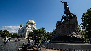 Памятник Адмиралу Макарову возле Морского Никольского собора в Кронштадте
