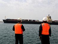 Работники порта Шахид Бехешти в городе Чабахар, Иран
