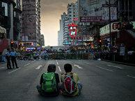Сторонники протестного движения Occupy Central на митинге в районе Mong Kok в Гонконге