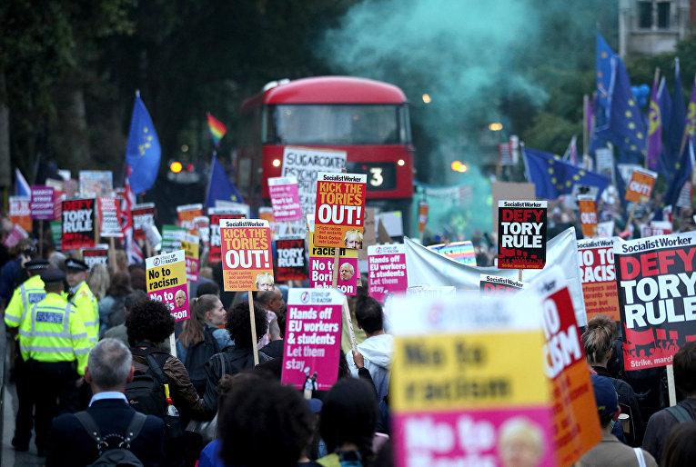 Противники Brexit во время акции протеста у здания парламента в Лондоне, Великобритания
