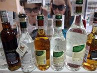 Покупательницы выбирают водку в одном из магазинов Омска