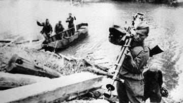 Бойцы Красной Армии переправляются через реку. Карелия