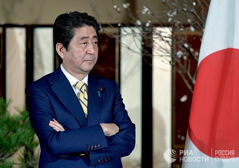 Премьер-министр Японии Синдзо Абэ перед встречей с президентом РФ Владимиром Путиным в городе Нагато. 15 декабря 2016